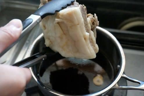 豚バラ肉を漬け込む