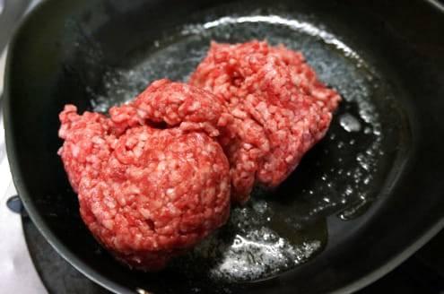 合いびき肉を炒める