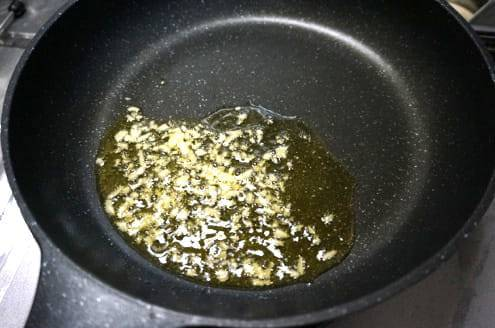 ニンニクオイルを炒める
