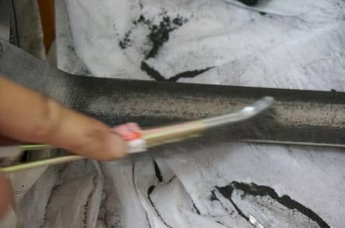 鉄ブラシで柄を磨く