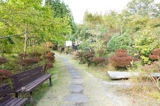 黒川温泉の帆山亭の庭園のベンチ