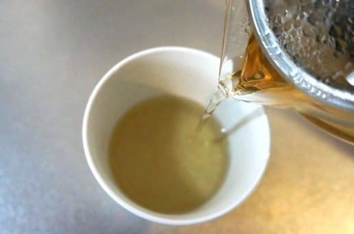 色が茶色の緑茶