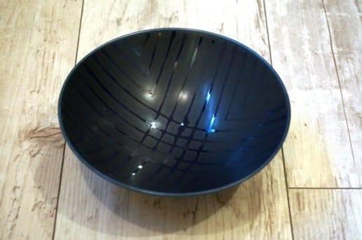 白山陶器の平茶碗 濃紺格子柄