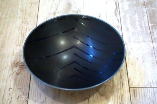 白山陶器の平茶碗 濃紺斜め柄