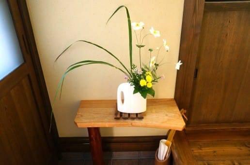 ゆらり六妙 玄関の花